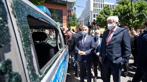 Stuttgarter Krawalle: Zerstörter Polizeiwagen als Ministerkulisse