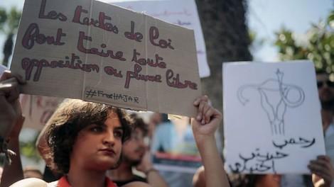 """Tausende Marokkaner*innen brechen das Gesetz, posten ihre """"Verbrechen"""" im Netz & stoßen Debatten an"""