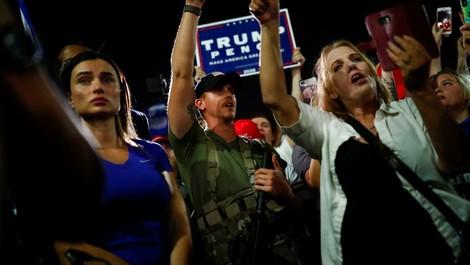Schwer bewaffnet in der Parallelwelt: Trumps Fans kämpfen weiter