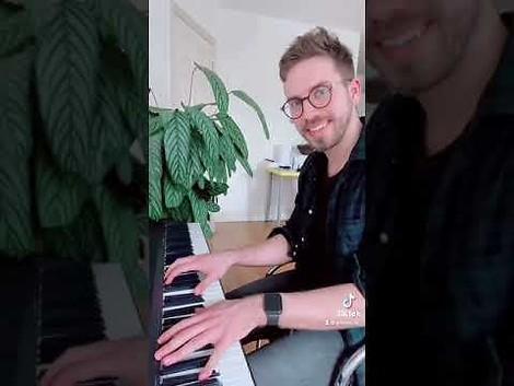 2 Nachbarn spielen Klavier - Wand an Wand mit emotionalen Folgen.